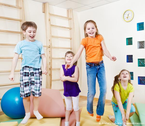 Hüpfmatratze mit Kindern